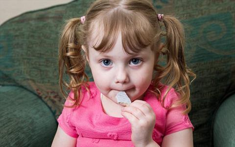 جسیکا نایت؛ دختر چهار ساله ای که علاقه شدیدی به خوردن فرش دارد! +تصاویر