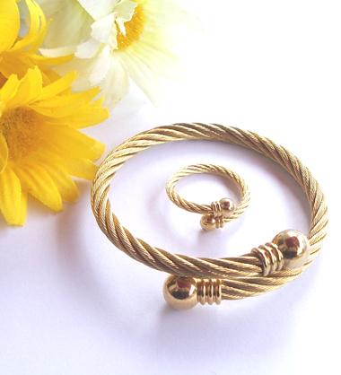 دستبند و انگشتر استیل طلایی