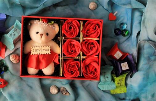 جعبه خرس و گل قرمز